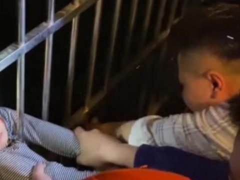 安徽:男童从13楼坠下,被12楼居民一把抓住,真是太惊险了