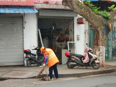 镇江:又到了落叶纷飞的季节 环卫工人清扫忙