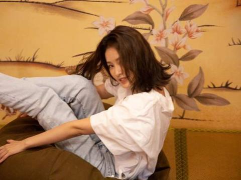 李沁美出新高度,白T恤也能穿的清新文艺,锁骨发太抢镜
