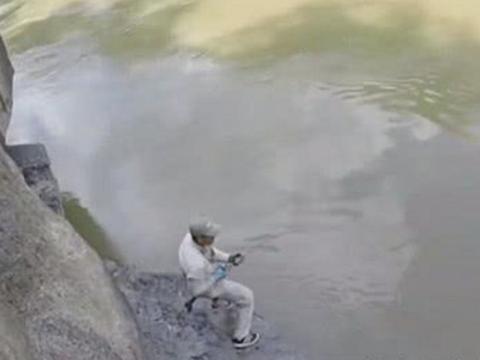男子在河边钓鱼, 突然水里有强烈吸力,拉起鱼杆后乐了