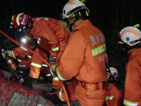 六盘水 超载货车翻下30米高坎 六盘水消防紧急救援