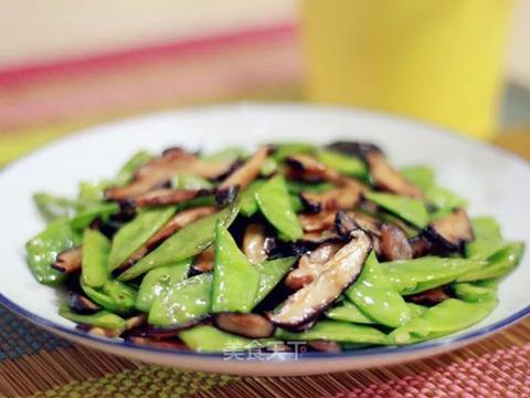 美食精选:红薯小米粥 、油焖春笋 、胡萝卜蒸包 、炒荷兰豆