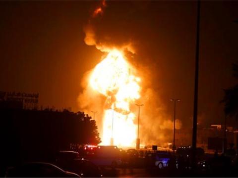 报复F-35空袭之仇!伊朗导弹突破萨德命中油田,现场火光冲天