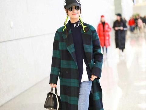 蓝盈莹的时尚品味太高,黄色格纹大衣配牛仔裤保暖舒适,时髦精致