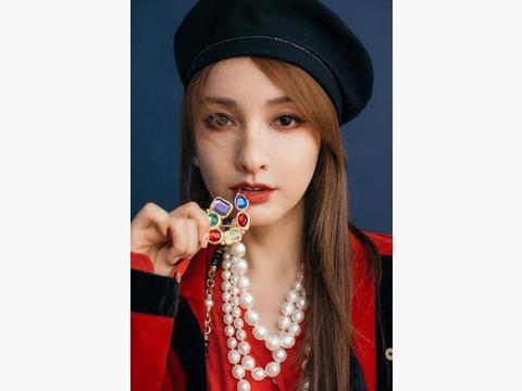 吴昕越来越自信,红黑搭配玩转华丽复古风,珍珠项链吸睛