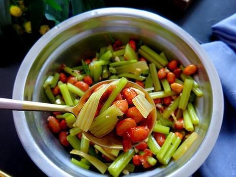 芹菜这样做清脆爽口,鲜香下饭看起来就美味,吃起来更是停不下来