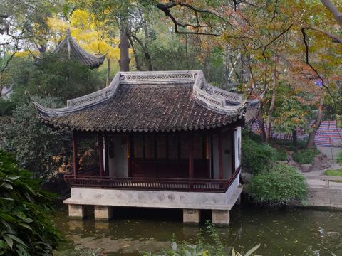上海走红一深秋赏景园林,与豫园,古漪园齐名,门票十元游人如织