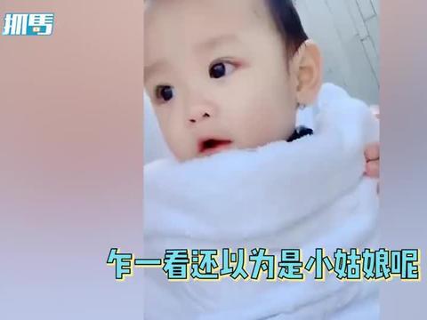 郑嘉颖1岁儿子说普通话,从一数到十兴奋鼓掌,完美继承爸妈颜值