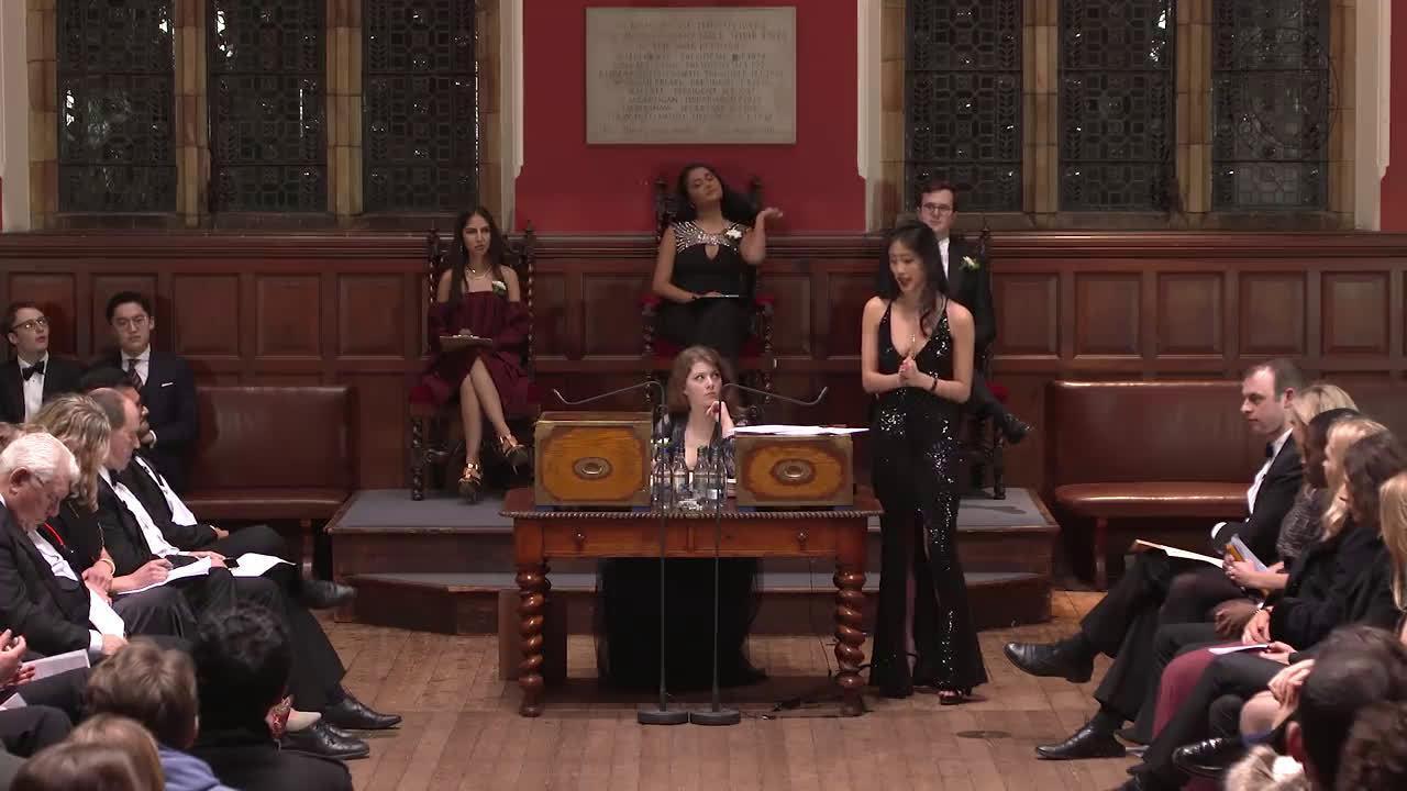 华裔女辩手在牛津大学辩论赛走红