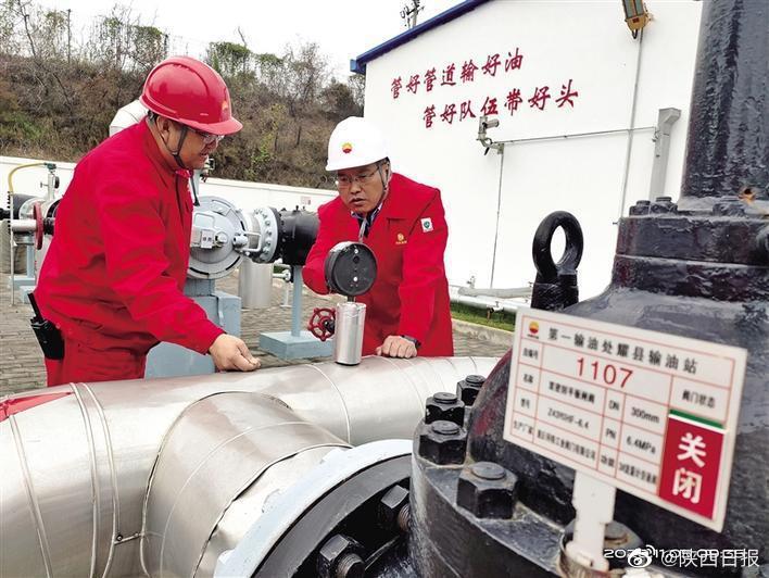 日前,铜川市公安局经文保支队民警(右)在检查长庆油田分公司第……