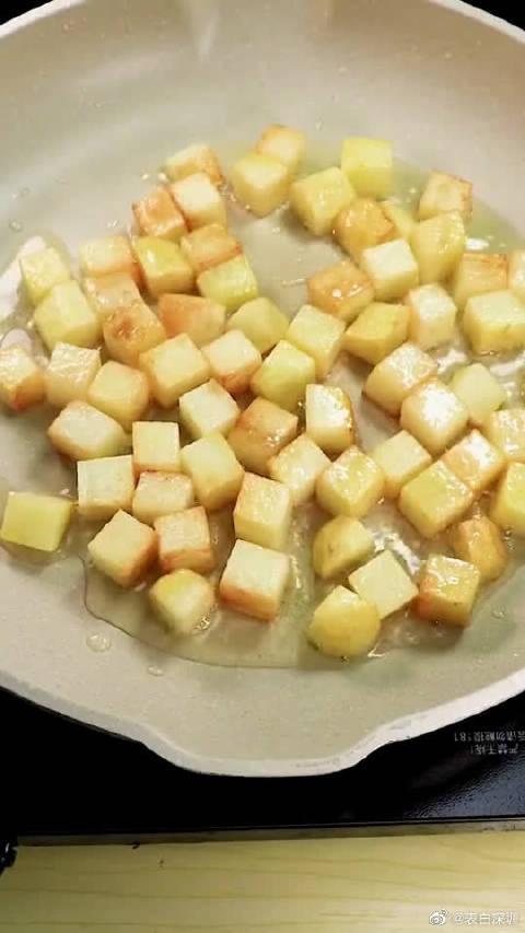 香辣孜然土豆火腿肠的家常做法,步骤简单一看就会,喜欢的收藏