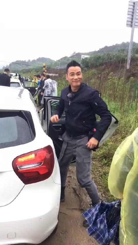 华哥真帅,身材保持很好……第一次这么近距离看到刘德华……
