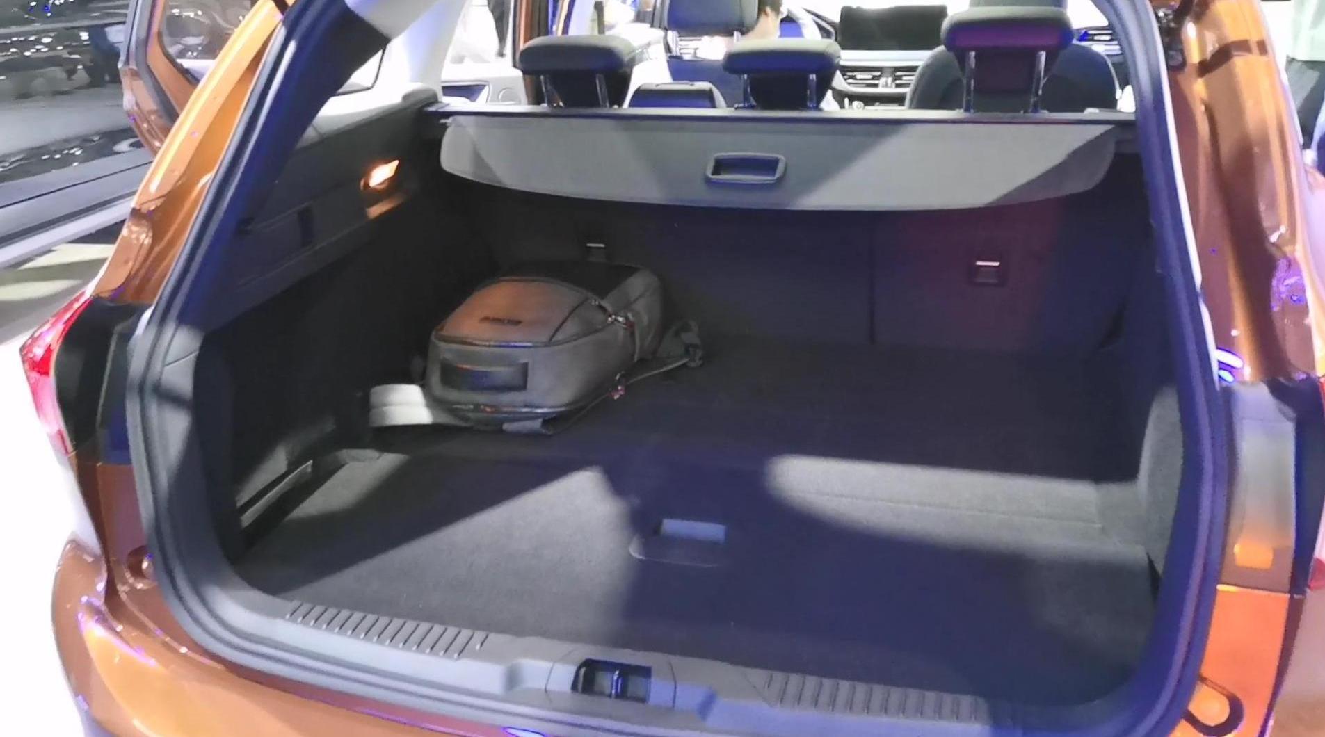 视频:福特福克斯旅行版比两厢版好在哪?拉开尾门就知道了……