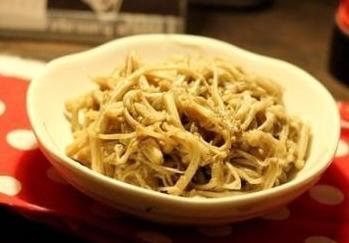 芋头排骨煲,孜然金针菇,辣炒卤猪耳朵的做法