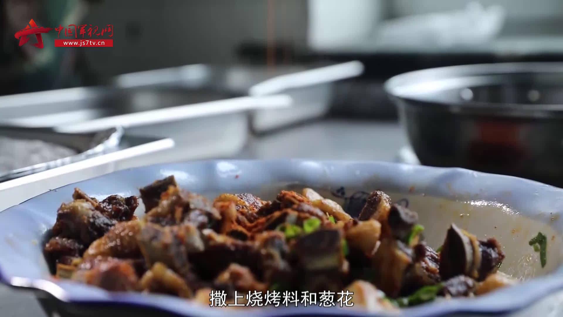 今天炊事班的菜够硬——葱爆羊排
