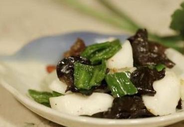 三汁焖锅,烧蘑菇,山药木耳炒青椒的做法