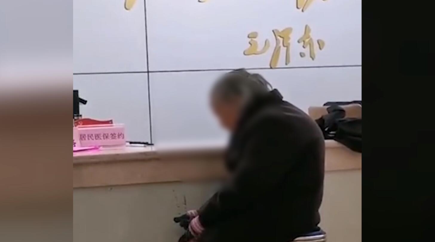 医保局回应老人用现金交医保被拒 :社区人员办事不灵活 正调查