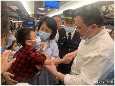 小孩高铁上跌倒脱臼!佛山医生妙手助其复位止痛