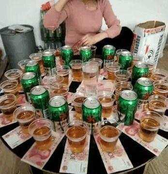土豪男为显摆自己不差钱,把钱放酒杯下让女子喝,结果尴尬不已
