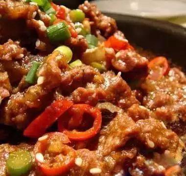 美食精选:玉米萝卜大骨汤、滑蛋炒牛肉、凉拌香辣土豆、盐菜扣肉