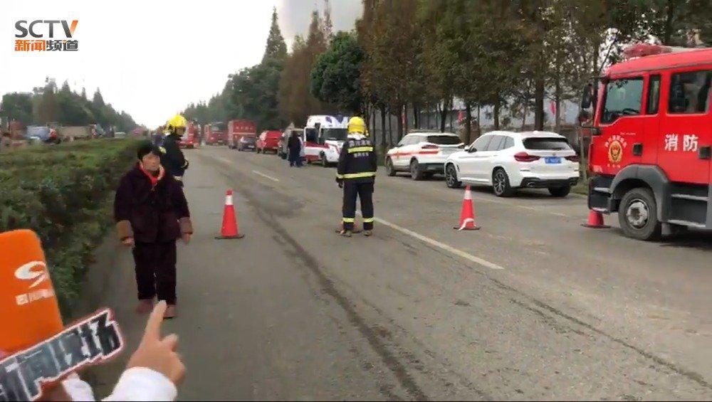 清晨广汉市高坪镇一食品厂仓库失火 火势已得到控制