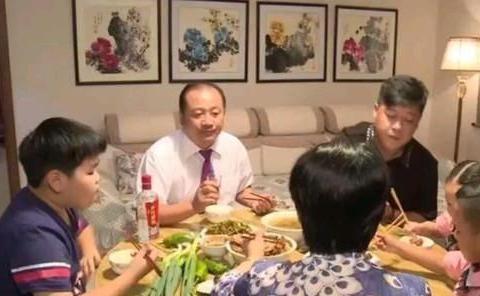 谢永强王小蒙的扮演者再次同框,同框举止亲密而引发网友争议