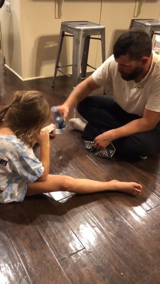 这个爸爸 跟女儿打赌,他能在她拿叉子戳到他之前…………