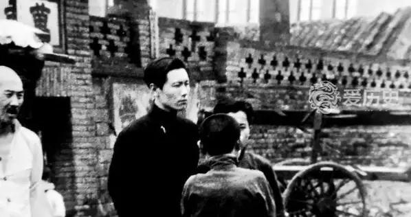 1940年沈阳老照片:破旧城墙下的贫民区 张大帅创建的北市场