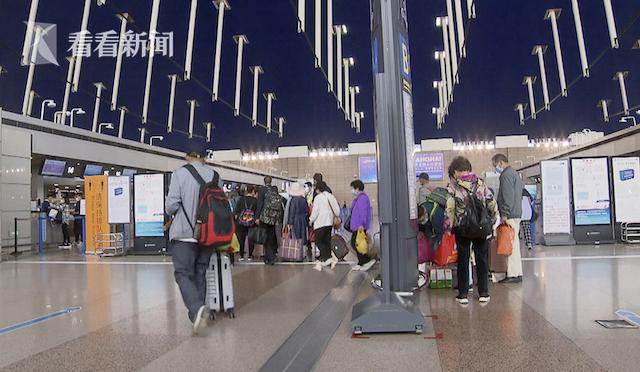客运区域一切正常!上海浦东机场出发大厅人来人往图片