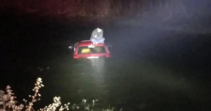 突发!合肥一轿车冲进水塘 一名男子被困车顶