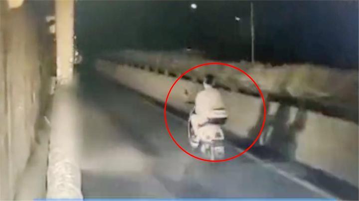 揪心!血的教训,广东深圳男子玩手机单手骑电动车,被货车撞身亡