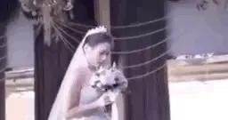 这场婚礼,为何只有新娘一人站在台上?知道原因后大家都哭了→