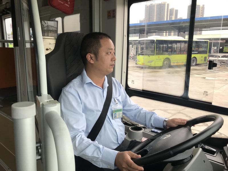 惊险!小车侧翻冒烟, 公交司机英勇救人,5分钟影像还原全过程