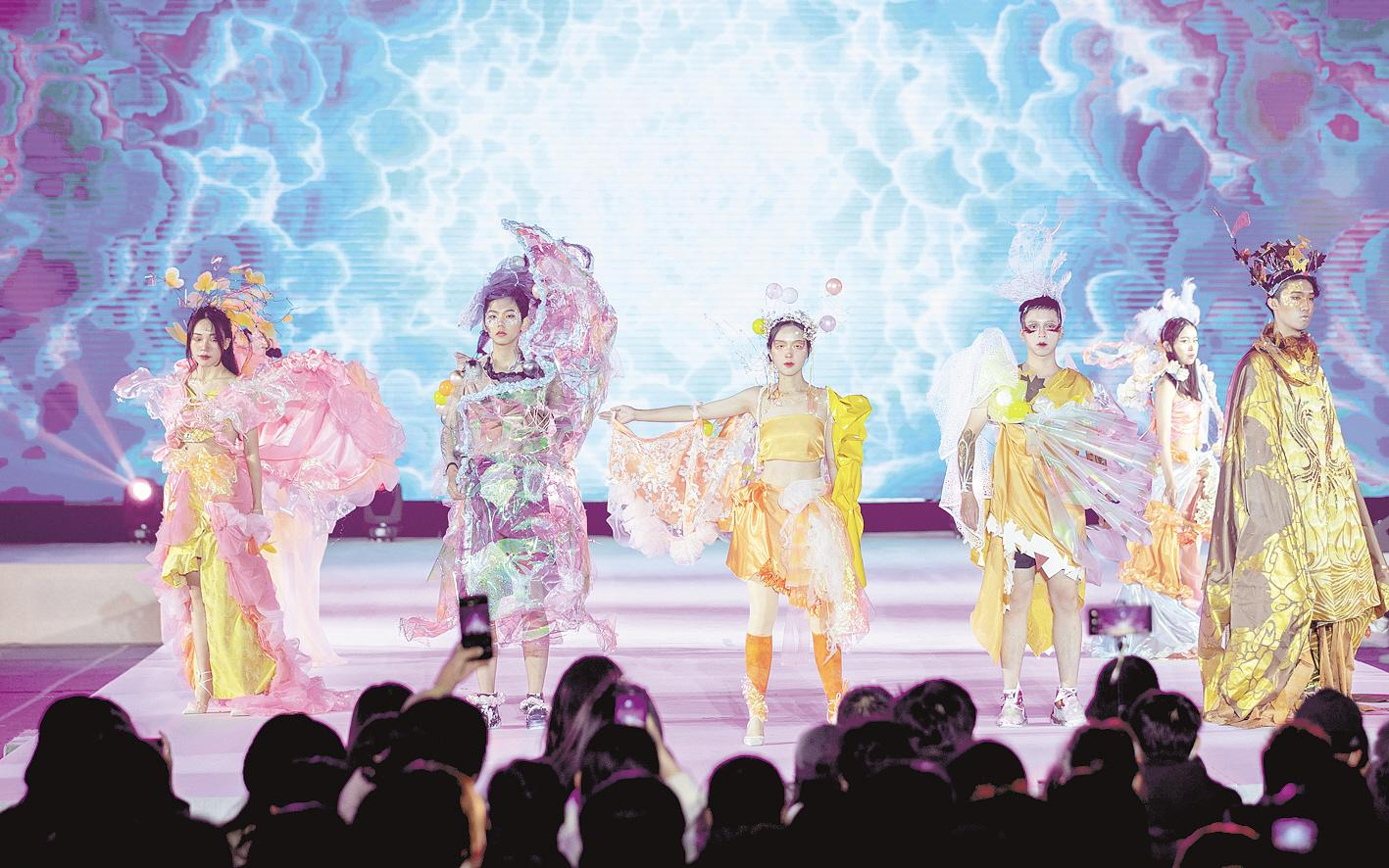 武汉大学举行金秋艺术节服饰大赛