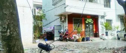 创建卫生城曝光台丨线缆垂坠、路面破损垃圾未清……这些背街小巷亟待整改