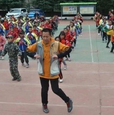 乡村小学校长带师生跳鬼步舞,成网红
