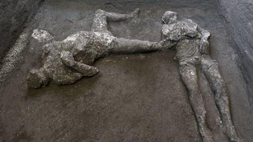 英媒:庞贝古城发现贵族和奴隶二人遗骸同在一处 遭维苏威火山熔岩掩埋2千年