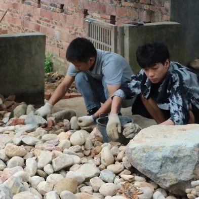 """长沙一大学老师在村里靠捡废品""""装修别墅"""",学生:我们都叫他包工头"""