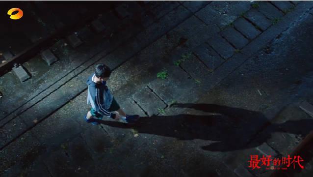 走在漆黑的夜里,李延峰@陈星旭--CHEN先生 突然被袭击…………