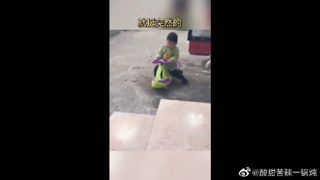 就挺突然的……小男孩:这不是去幼儿园的车,我方向盘都掉了!