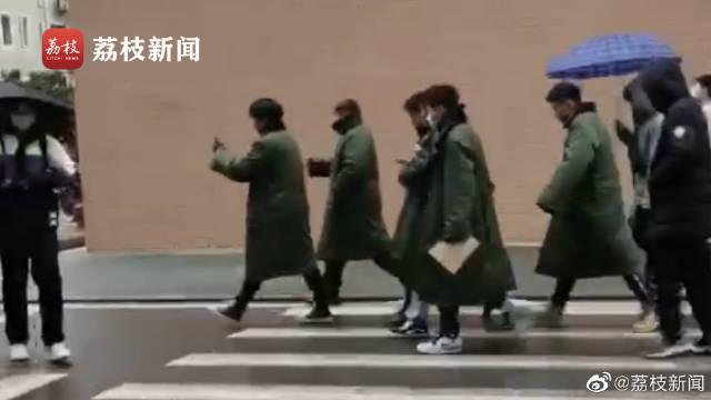 武汉一高校男生组团穿军大衣上课:太冷了……