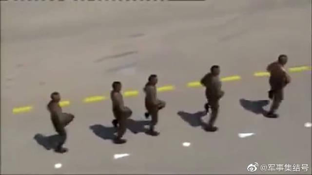 阿尔及利亚特种兵展示抗打能力,然后反击一敌四,猛如虎