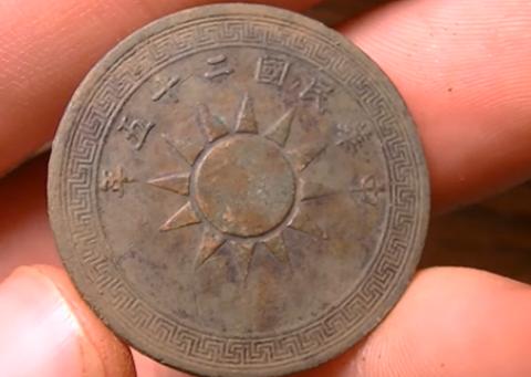 一名大叔在野外发现神秘古币,凑近一看两眼发傻了!