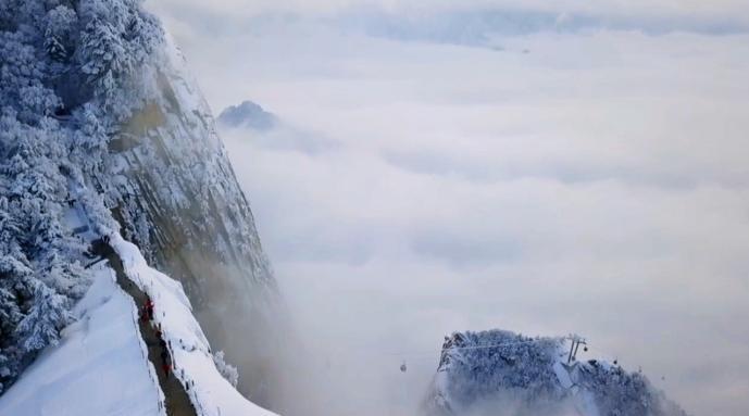 华山雪后仿佛人间仙境:云雾蒸腾……