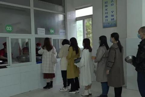 南薰九义校创新举措解决新教师就餐难