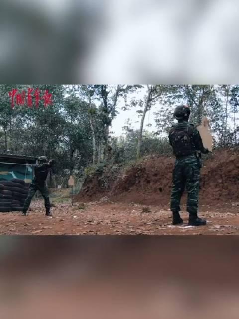 武警特战队员信任射击训练,战友拿着靶标子弹从眼前飞过!……