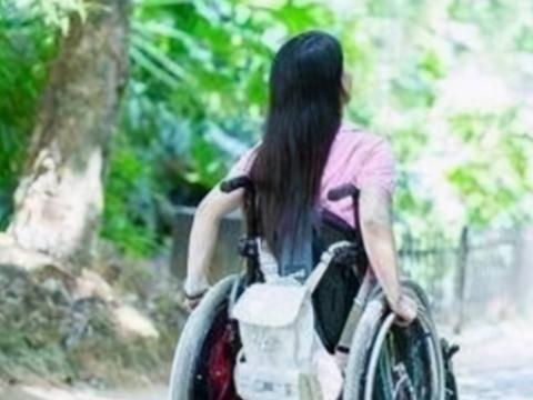 """年轻女儿瘫痪20年,没出过门却意外""""怀孕"""",妈妈大哭:都怪我"""