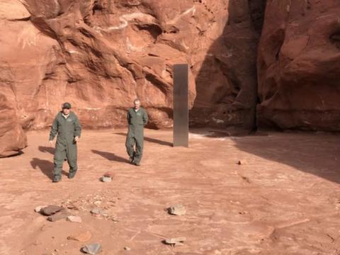 直升机机组人员在犹他州沙漠中发现金属建筑物