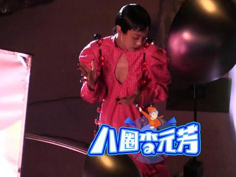 34岁郭采洁穿水滴型低胸装亮相,瘦出排骨胸,网友:没穿内衣?