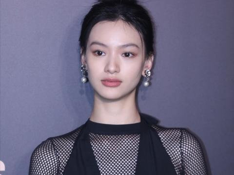 21岁女演员穿黑色透视装秀好身材,刚出道就穿性感装被批博眼球